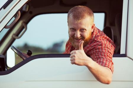 taxista: Conductor barbudo muestra que todo est� bien Foto de archivo
