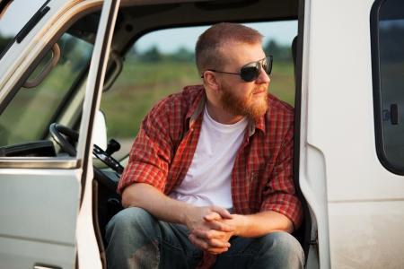 taxista: Conductor barbudo sentado en su cabina del cami�n