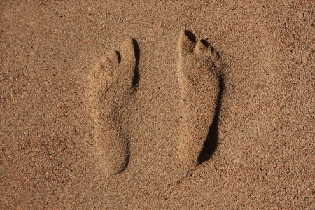 flatfoot: Traces of two human feet in the sand