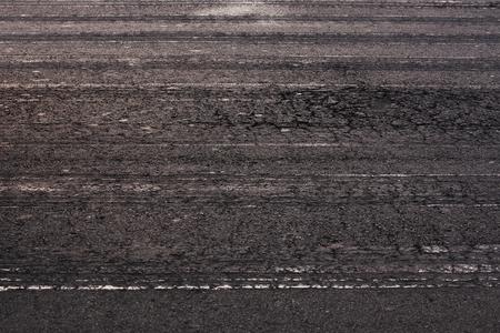 firmeza: Superficie de la carretera de asfalto con restos de coches Foto de archivo