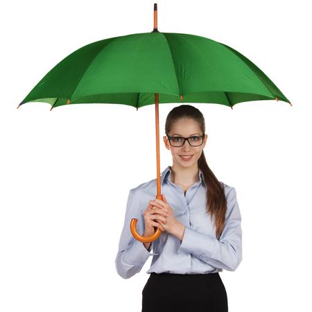 amabilidad: Feliz niña de pie bajo un gran paraguas