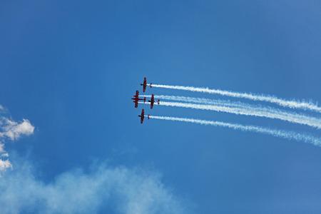 the sky clear: Tres avión volar por el cielo claro