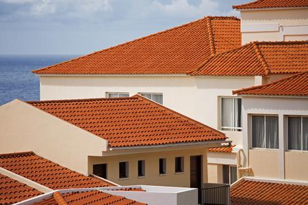 Fragmenten van verschillende huizen met pannendak Stockfoto