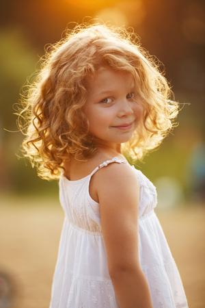 niñas sonriendo: Retrato de una niña rizado feliz