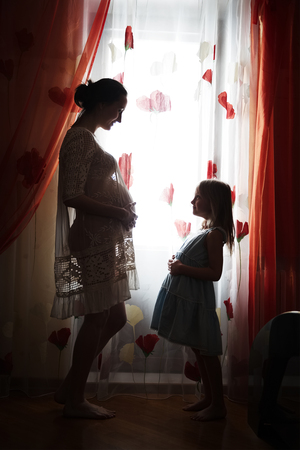 enceinte: Happy pregnant mother and her little daughter Stock Photo