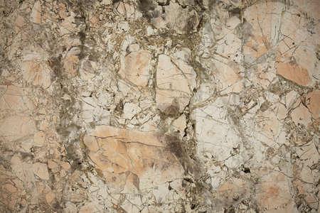 firmeza: Superficie de piedra con muchas pequeñas grietas de color beige Foto de archivo