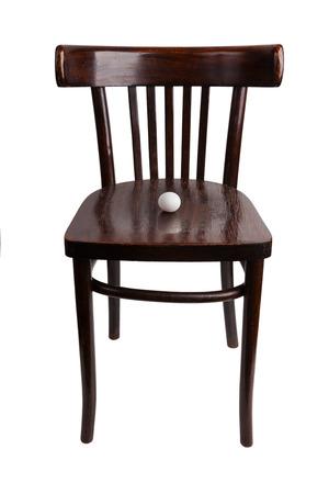 silla de madera: huevo de gallina se encuentra en una vieja silla de madera