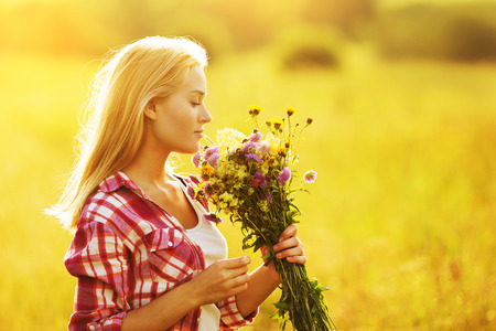 Beautiful girl with a bouquet of wild flowers Banque d'images