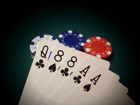 eights: Fichas de poker de rojo, azul y blanco sobre una mesa de fieltro verde se destacan. La mano de p�quer muestra es un par de Ases y un par de ochos, que com�nmente se conoce como la mano del hombre muerto. Cuidado, esta mano se cree por muchos como un presagio de la fatalidad.