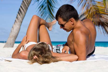 nue plage: Amoureux, jeune couple sur une plage tropicale Banque d'images