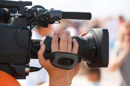 De operator fotograaf neemt op een professionele camera, interviews in de massa viering. Stockfoto
