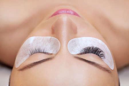 visone: Eyelash removal procedure close up. Beautiful Woman with long lashes in a beauty salon. Eyelash extension. Archivio Fotografico