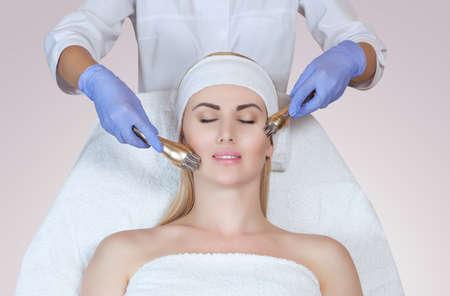Portret van vrouw die rf-opheffen krijgt. RF-tilprocedure in een schoonheidssalon Stockfoto