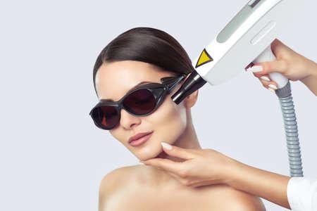 Procedura di peeling viso al carbonio in un salone di bellezza. Trattamento cosmetologico hardware. Archivio Fotografico
