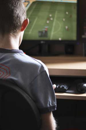 ni�os jugando videojuegos: Muchacho que juega los juegos de ordenador