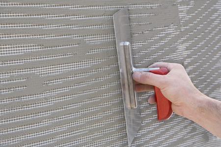 マスターはメッシュと接着剤が付いている壁の石膏