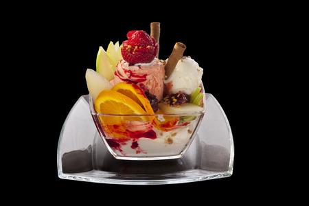 オレンジ、イチゴとストロベリー アイス クリーム サンデー 写真素材