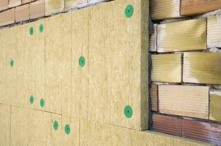 レンガおよび絶縁材のウールの壁