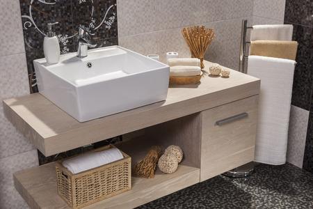 白い洗面台、タオル付きのモダンなバスルームの詳細