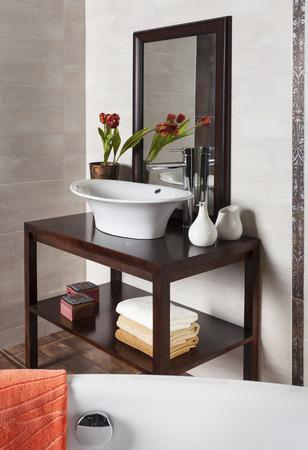 bathroom: detalle de un moderno cuarto de baño con bañera y lavabo