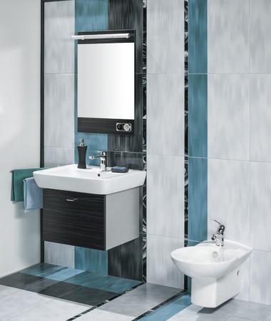鏡と豪華なバスルームのインテリアと付属品 3 つの色のタイルでシンクの詳細