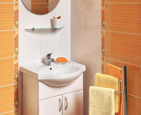 Detail Van Een Moderne Badkamer Met Witte Wastafel En Handdoeken ...
