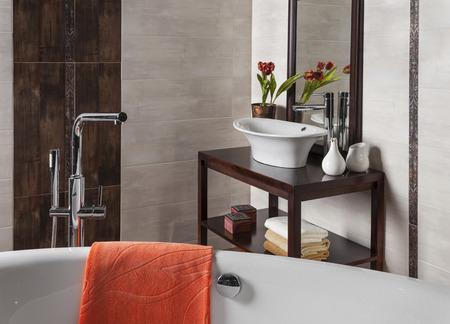 piastrelle bagno: dettaglio di un moderno bagno con vasca e lavandino Archivio Fotografico