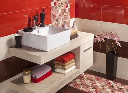 cuarto de baño: Interior del cuarto de baño moderno con lavabo e inodoro