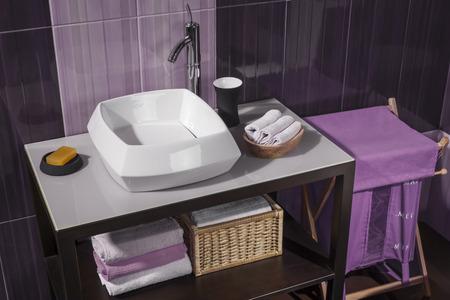 シンクやアクセサリー、バスルーム キャビネットと紫の浴室のタイルのモダンなバスルームの詳細