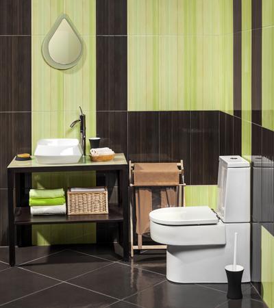 inodoro: Detalle de un moderno cuarto de baño con lavabo e inodoro Foto de archivo