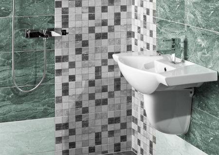 白いシンクと大理石のタイルのモダンなバスルームのインテリアの詳細