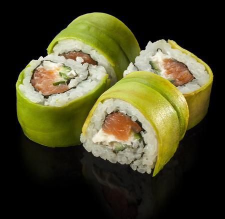 大きな巻き寿司。サーモンとアボカドのグリーン ・ ドラゴン ロールします。