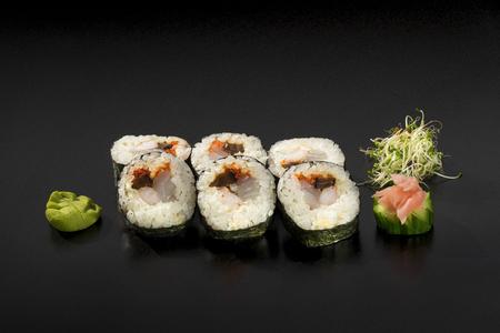 sake: deliciosos rollos de sushi conjunto decoradas con wasabi y ensalada de algas Foto de archivo