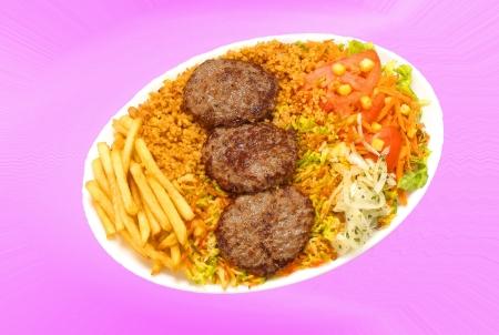 pinchos morunos: plato de hamburguesa