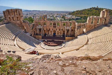 アクロポリスのアテネ、ギリシャの下で古代劇場