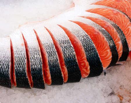 販売のためにカット新鮮なサーモン ピンクの魚