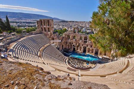 古代ギリシャ劇場でパフォーマンスの前にアクロポリスの下 写真素材