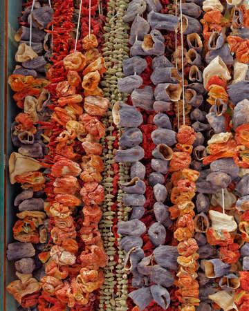 legumbres secas: Atenas, Grecia, se seca las verduras en el mercado central Foto de archivo