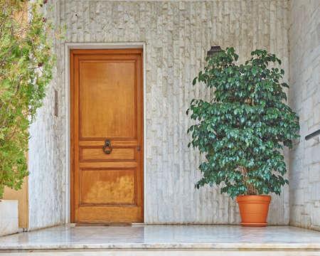 現代的な家の木製ドア、アテネ ギリシャ