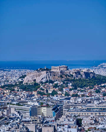 templo griego: Parthenon ancient Greek temple on acropolis and Athens cityscape