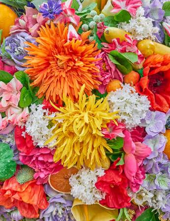 gefälschte orange und gelbe Blumen Nahaufnahme, bunten Hintergrund