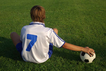 Un niño con un balón de fútbol Foto de archivo - 5253800