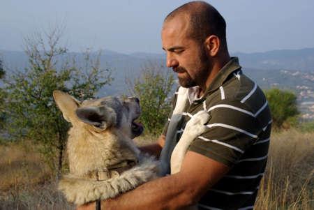 amigos abrazandose: Hombre con su perro