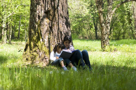 mujer leyendo libro: Libro de lectura junto