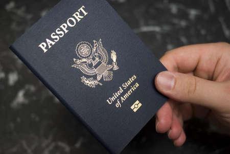pasaporte: Mano que sostiene el pasaporte americano Foto de archivo