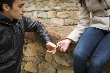 joven fumando: Adolescentes que fuman Foto de archivo