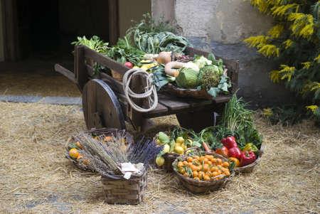 Puesto en el mercado medieval de venta de frutas