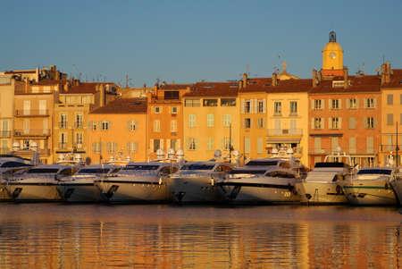 Del puerto de Saint-Tropez, en la luz del atardecer, Francia Foto de archivo