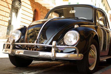 carro antiguo: Coche clásico estacionado en una calle de Niza