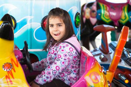 어린 소녀: 놀이터에서 어린 소녀